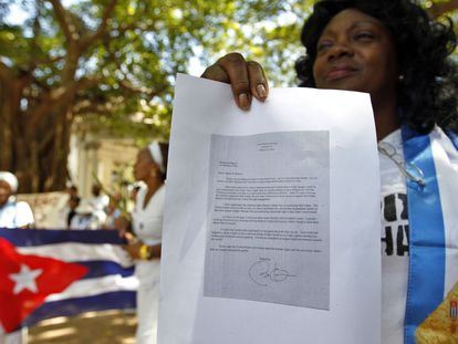 A líder das Damas de Branco, Berta Soler, mostra a carta de Obama.