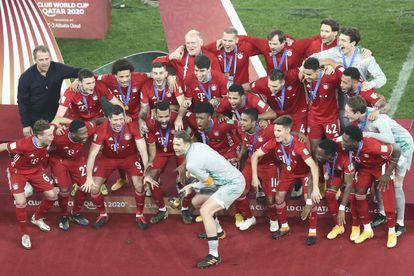Neuer levanta a taça do Mundial de Clubes.