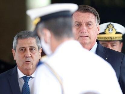 O presidente Jair Bolsonaro e o ministro da Defesa Walter Souza Braga Netto após reunião em Brasília.