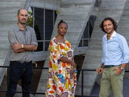 Os novos diretores artísticos do MAM Rio, Pablo Lafuente (à esquerda) e Leyna Eleison, junto ao diretor executivo Fábio Szwarcwald.