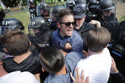 O supremacista branco Richard Spencer ao ser retirado no protesto de Charlottesville
