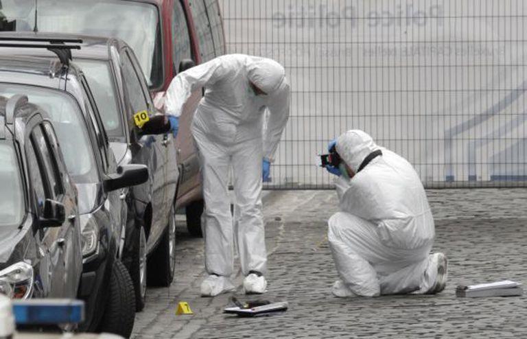 Forenses examinam o lugar do tiroteio de Bruxelas.