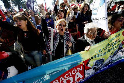 Chilenos protestam contra o sistema de pensões privadas em agosto do ano passado.