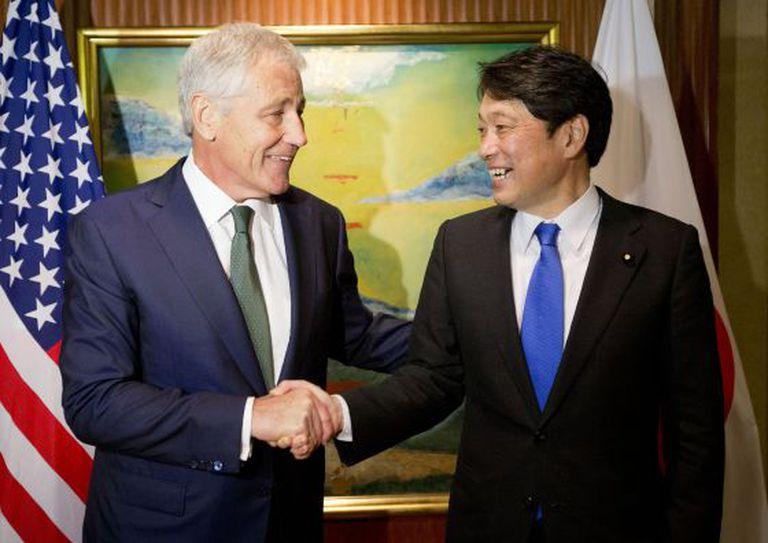 Chuck Hagel com o ministro japonês de defesa, neste sábado.