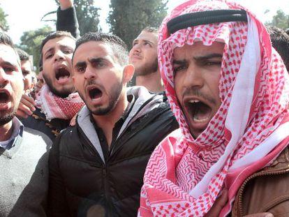 Estudantes jordanianos se manifestam nesta quarta-feira, em Amã, depois do assassinato do piloto.