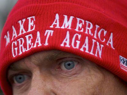 Apoiador de Trump com gorro do slogan de campanha do presidente dos EUA.