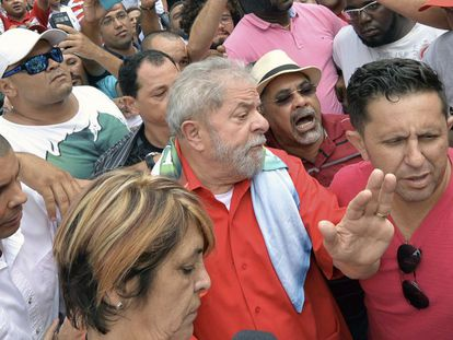 Ex-presidente Lula entre apoiadores.