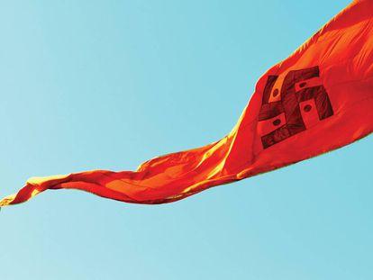 A bandeira com a cruz gamada hindu tremula no grande encontro de peregrinação (kumbh mela) Simhasth, na cidade de Ujjain, em Madhya Pradesh (Índia). No hinduísmo, a suástica representa a ideia de deus, Brama. Se gira para a direita (em sentido horário, como a nazista), simboliza a evolução do universo encarnada pelo deus criador Brama. Por outro lado, no sentido anti-horário representa a involução do universo, obra do deus destruidor Shiva. Os círculos correspondem aos quatro pontos cardeais, símbolo de estabilidade.