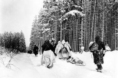 Soldados norte-americanos em deslocamento no front durante a batalha das Ardenas.
