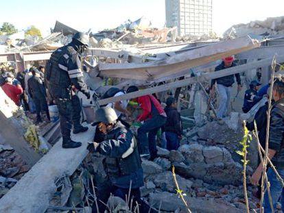 Equipes de resgate buscam sobreviventes da tragédia.