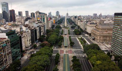 Vista aérea da avenida 9 de Julho de Buenos Aires, durante o confinamento.