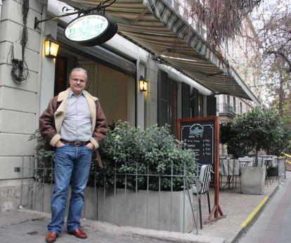 Carlos Franz, no terraço do 'Le Flaubert', um dos cenários de seu romance 'Almuerzo de vampiros'