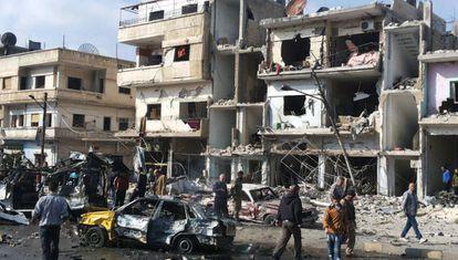 Cidadãos sírios no local da explosão em Homs.