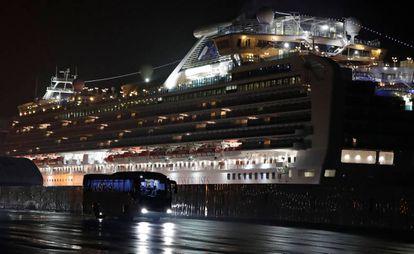 Passageiros são evacuados do navio 'Diamond Princess', onde dezenas de pessoas estão contagiadas.