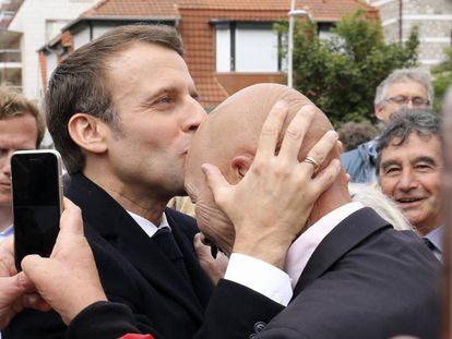 O presidente Emmanuel Macron cumprimenta um cidadão depois de votar em Lhe Touquet, no norte da França