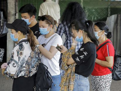 Turistas chineses usam máscaras de proteção em Colombo, no Sri Lanka.