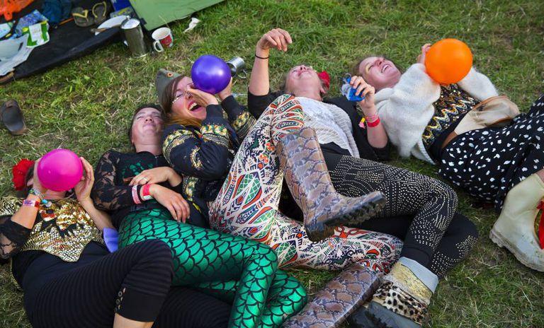 Um grupo de jovens inala óxido nitroso no festival de Glastonbury, em 2015.