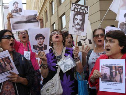 Familiares de desaparecidos na ditadura chilena fazem protesto no último 22 de março.