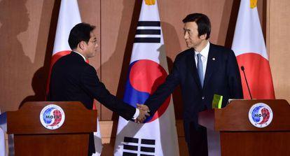 Os ministros de Relações Exteriores do Japão (esq.) e da Coreia do Sul, após o encontro.