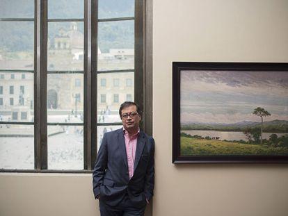 Gustavo Petro, prefeito de Bogotá que está deixando o cargo, em seu gabinete na Prefeitura.
