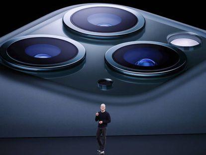 O presidente da Apple, Tim Cook, anuncia a câmera tripla do iPhone 11 Pro durante sua apresentação em Cupertino (Califórnia, EUA).