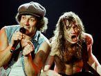 Brian Johnson y Angus Young en un concierto de AC/DC en Londres en 1986.