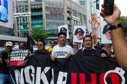 """Manifestantes exibem faixa com a inscrição """"Salvem a Malásia, prendam o ladrão"""" durante protesto em Kuala Lumpur, em abril de 2018. Centenas protestaram contra Jho Low."""