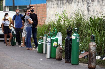Familiares de doentes com covid-19 fazem fila em busca de oxigênio em Manaus: colapso no atendimento deixou hospitais sem insumo.