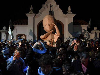 Manifestação contra o aborto legal na Argentina em frente à residência presidencial.
