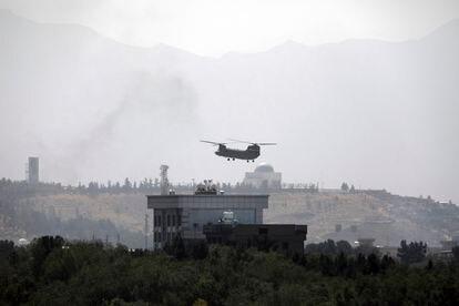 Um helicóptero norte-americano sobrevoa Cabul no domingo.