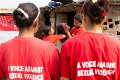 Os treinamentos físicos fazem com que essas adolescentes não sintam mais medo diante da impunidade dos agressores na Índia.