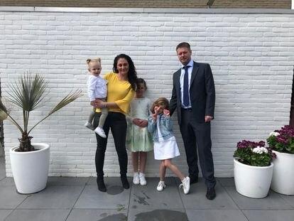 Prejudicados pelo Governo holandês, Steve Kuipers e Sara Aykaz com suas filhas