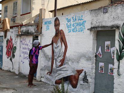 Um homem diante de um mural em homenagem à Kathlen de Oliveira Romeu, jovem grávida que foi morta com um tiro na zona norte do Rio de Janeiro durante uma ação policial no início de junho.