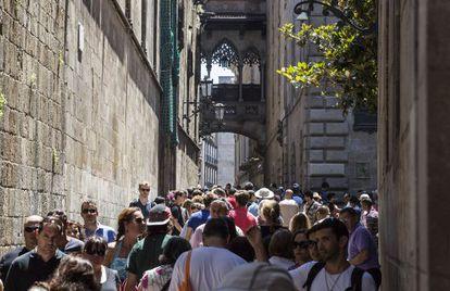 Turistas na rua do Bisbe, junto à catedral no bairro Gòtic de Barcelona.