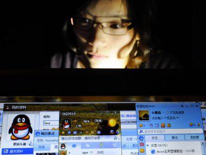 Usuária chinesa da Internet navega usando apenas serviços de empresas locais.