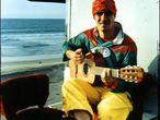 """<b>Ayer</b>. Este cantante parisiense, hijo de españoles exiliados, fue el primero en acercarse a la globalización sin tópicos. Mano Negra, punk y pachanga, fue un hito, pero realmente le encumbró Clandestino, su primer disco en solitario. <b>Hoy</b>. Ha publicado en Francia el libro-disco Sibérie m'était contée con 23 temas. <b>Por esa boquita</b>: """"Hoy no me avergüenza ganar dinero. Para comprar libertad, necesitas dinero"""" (Manu Chao, 2001)."""