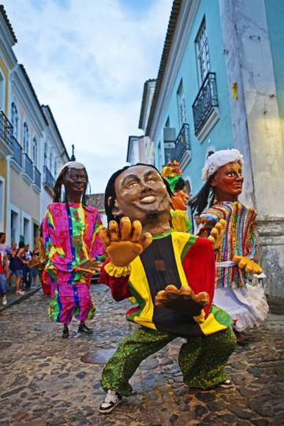Performance carnavalesca nas ruas do Pelourinho (Salvador).