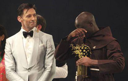 Hugh Jackman entrega o prêmio a Peter Tabichi.