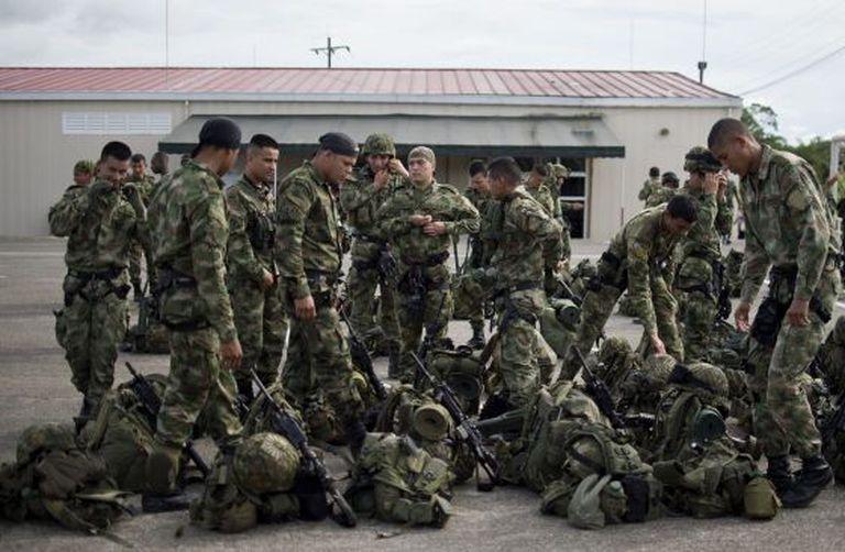 Soldados colombianos, durante o resgate do general Alzate.