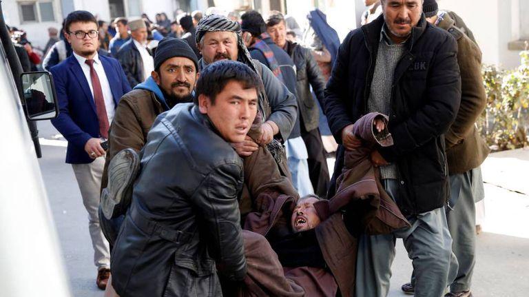 Ferido no atentado suicida de Cabul é levado ao hospital