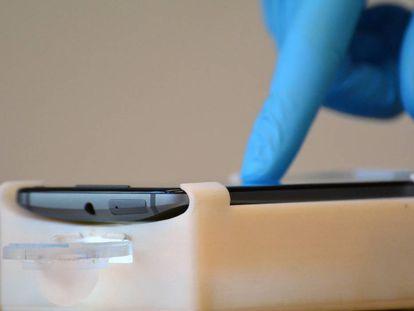 Mostra de sêmen analisada com um telefone celular em Harvard.