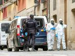 Dispositivo de la Policía Nacional encargado de la notificación a posibles personas afectadas por el Coronavirus en una calle de Logroño.
