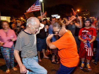 Cubanos dançam em Miami em comemoração à morte de Castro.