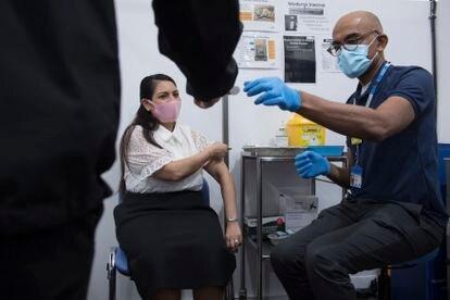 Mulher é vacinada em hospital de Londres, neste sábado.