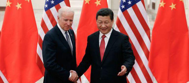 O presidente chinês, Xi Jinping (direita) recebe o vice-presidente dos EUA, Joe Biden, em Pequin.