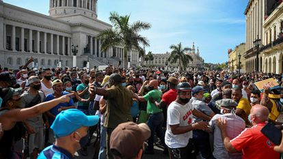 Cubanos participam do protesto em frente ao Capitólio.