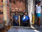 COVID-19 - EL PAÍS - São Paulo - Brasil - Mortes pela covid-19 crescem 45% nos bairros pobres em uma semana. O crescimento do número de mortes causadas pelo contágio da covid-19 (suspeitas ou confirmadas) na capital paulista vem refletindo a desigualdade social de uma cidade que concentra 60% de suas unidades de terapia intensiva (UTI) em apenas três distritos. Na última semana, entre os dias 17 e 24 de abril, houve aumento de 45% nas mortes ocorridas nos 20 distritos mais pobres do município. O distrito com o maior número de morte por covid-19 segue sendo a Brasilândia, na zona norte, com 81.  A ONG Preto Império tem cadastrado moradores em situação economica difícil e entregado cestas básicas. NA FOTO- Isabel Cristina Tiburcia ao lado dos filhos, recebe cesta básica destribuída pela ONG Preto Império.  Foto/ TONI PIRES EL PAÍS 28.04.2020
