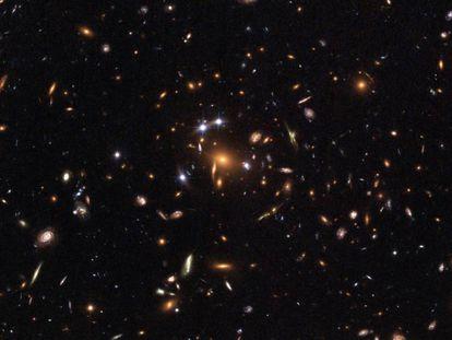 Imagem de uma lente gravitacional produzida por um aglomerado de galáxias, tomada pelo telescópio espacial da NASA Hubble.