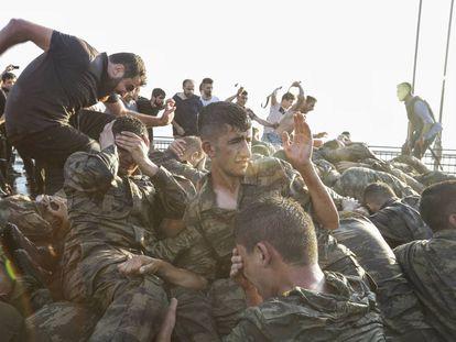 Civis agridem militares que participaram da tentativa de golpe na Turquia.