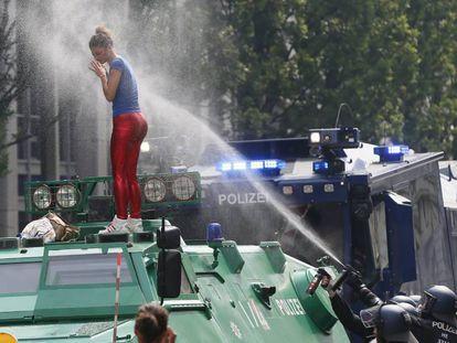 Manifestante em protesto contra a cúpula do G20 em Hamburgo.
